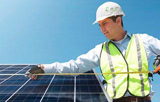 Instalador-paneles-solares-trabajo